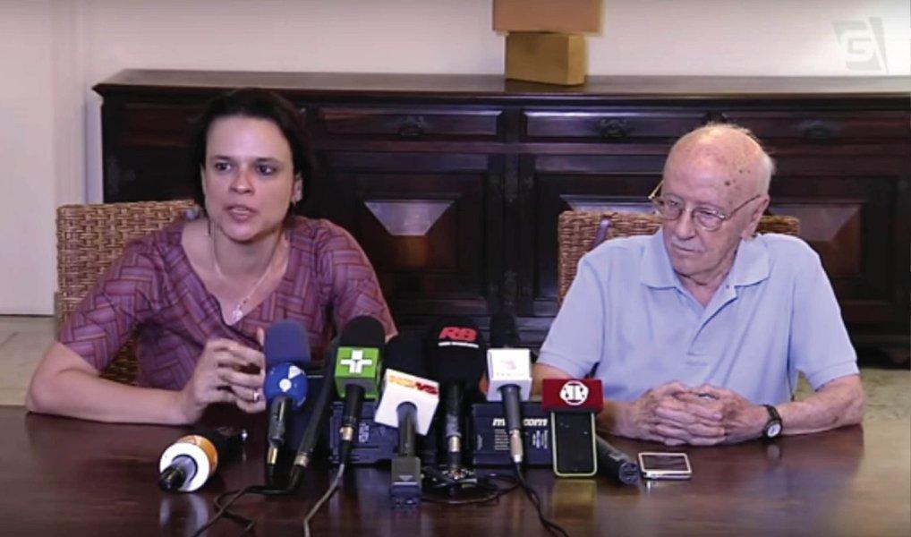 """Autora do pedido de impeachment da presidenta Dilma, advogada Janaína Paschoal admitiu,apesar de ter as pedaladas fiscais como argumento jurídico, a decisão sobre o processo de afastamento é política; ao lado do jurista Hélio Bicudo, coautor da ação, que teve também a colaboração de Miguel Reali Jr., Janaína afirmou estar """"satisfeita"""" com o acolhimento do pedido pela Câmara no último domingo (17); """"Para se oferecer a denúncia, é necessário ter o respaldo jurídico, mas o julgamento, muito embora tenha esse fundamento jurídico, é um julgamento de natureza política"""", justificou a advogada"""