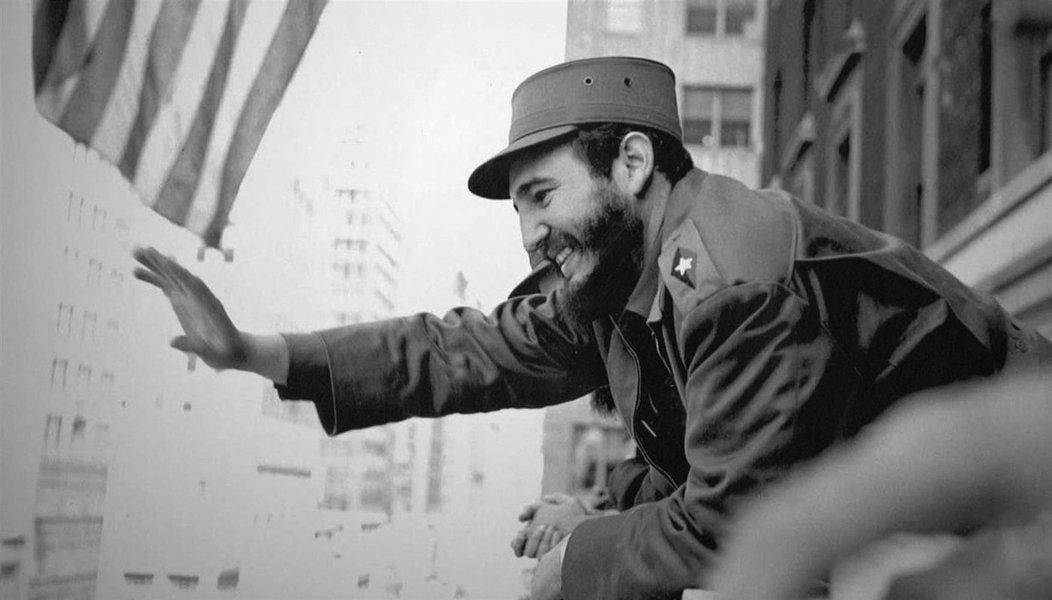 """Morreu nesta madrugada, aos 90 anos, o comandante Fidel Castro, líder da Revolução Cubana; em 1959, Fidel liderou, ao lado de Che Guevara, a conquista do poder em Havana, a partir da Sierra Maestra, inspirando jovens do mundo todo, com os ideais revolucionários; """"O comandante chefe da revolução cubana morreu às 22h29 desta noite [3h29 de sábado]"""", anunciou Raúl Castro, que sucedeu ao irmão em 2006; a breve declaração de Raúl Castro terminou com uma frase muito cara a Fidel: """"Hasta la victoria, siempre"""""""
