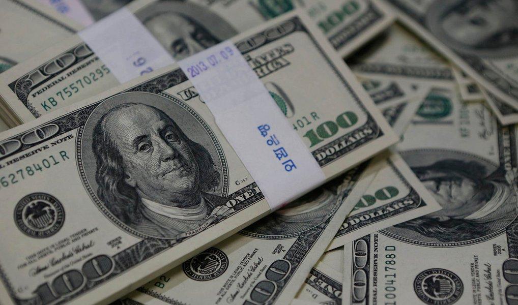 Em um dia marcado pela volta das intervenções do Banco Central, a moeda norte-americana voltou a cair e fechou no menor nível em nove meses; o dólar comercial encerrou a sexta (29) vendido a R$ 3,44, com queda de R$ 0,058 (-1,65%); a cotação está no valor mais baixo desde 31 de julho do ano passado (R$ 3,425); o dólar operou em queda durante toda a sessão; com o desempenho de hoje, a divisa encerra abril com queda de 4,34%