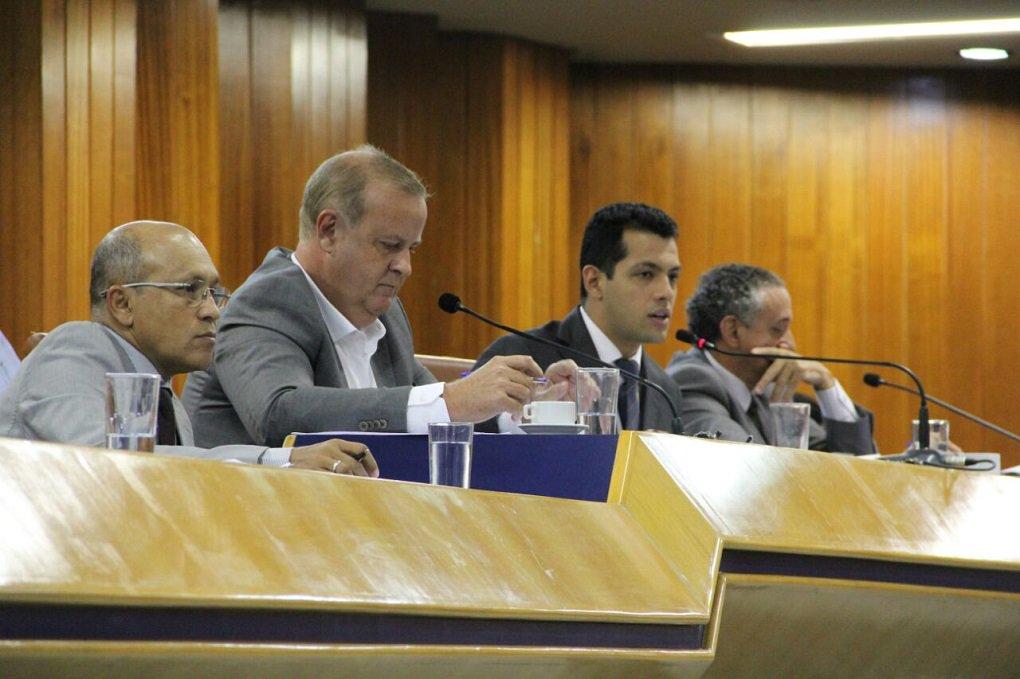 Prefeito Paulo Garcia (PT) esteve na Câmara Municipal nesta segunda-feira para prestar conta do primeiro quadrimestre de 2016; prestação contas ficou sem segundo plano e o que virou destaque no plenário foi a discussão envolvendo a gestão do ex-prefeito Iris Rezende (PMDB); ao ser desafiado pelo vereador Clécio Alves, o prefeito mostrou documento que mostra dívida de R$ 172 milhões da gestão de Iris Rezende com o governo de Goiás em 2010; desde que a aliança entre PT e PMDB foi rompida, membros dos partidos trocam acusações