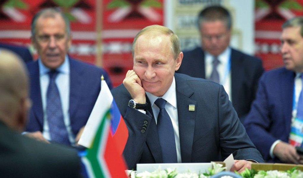 """Em entrevista à agência Sputnik, o presidente russo diz que a """"Índia é um parceiro estratégico da Rússia particularmente privilegiado"""" e fala sobre o bloco comercial, que se reunirá nesse fim de semana; """"O BRICS é um dos elementos chave do mundo multipolar em formação"""", diz Putin; para ele,""""este encontro é uma boa oportunidade para os líderes do 'quinteto' 'sincronizarem seus relógios' quanto às questões chave da agenda internacional. Estamos decididos a cooperar na área de combate ao terrorismo, luta contra tráfego de drogas e corrupção"""""""