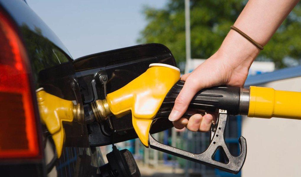 Segundo o site Global Petrol Prices, a média de preços registrada até o último dia 28 colocava a gasolina brasileira na 43ª posição, em um ranking feito com 184 países;preço médio na época do levantamento era de R$ 3,27 eo Brasil deverá manter-se entre os 50 países com a gasolina mais barata mesmo com o aumento de 6% anunciadopela Petrobras na semana passada