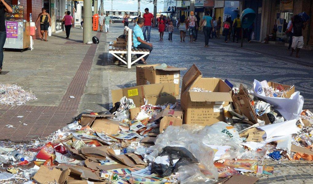 Os trabalhadores da limpeza pública de Aracaju entrarão em greve a partir desta quinta (21); de acordo com o vice-presidente do Sindicato dos Trabalhadores da Limpeza Pública e Comercial de Sergipe (Sindlimp), Anderson Vidal, a categoria relata falta de cumprimento no pagamento de benefícios e excesso de carga horária de trabalho