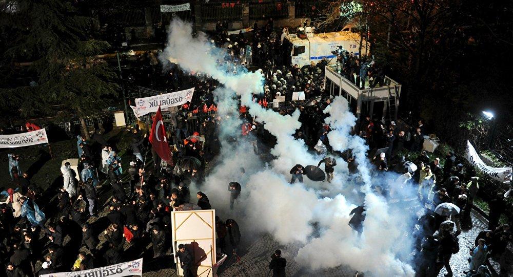 A polícia turca usou gás lacrimogêneo e canhões d'água neste sábado (5) contra uma multidão de manifestantes que exigiam a libertação de jornalistas e editores do jornal de oposição Cumhuriyet em Istambul; país caminha para se tornar uma ditadura cada vez mais repressiva