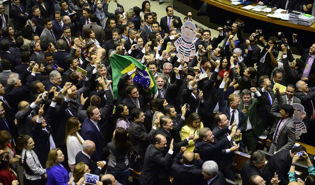 Comissão especial que analisará o pedido de impeachment da presidente Dilma Rousseff, eleita por meio de voto secreto na Câmara nessa semana, tem 15 dos 39 deputados com pendências no Supremo Tribunal Federal, dois deles pela Operação Lava Jato; quatro parlamentares já são réus