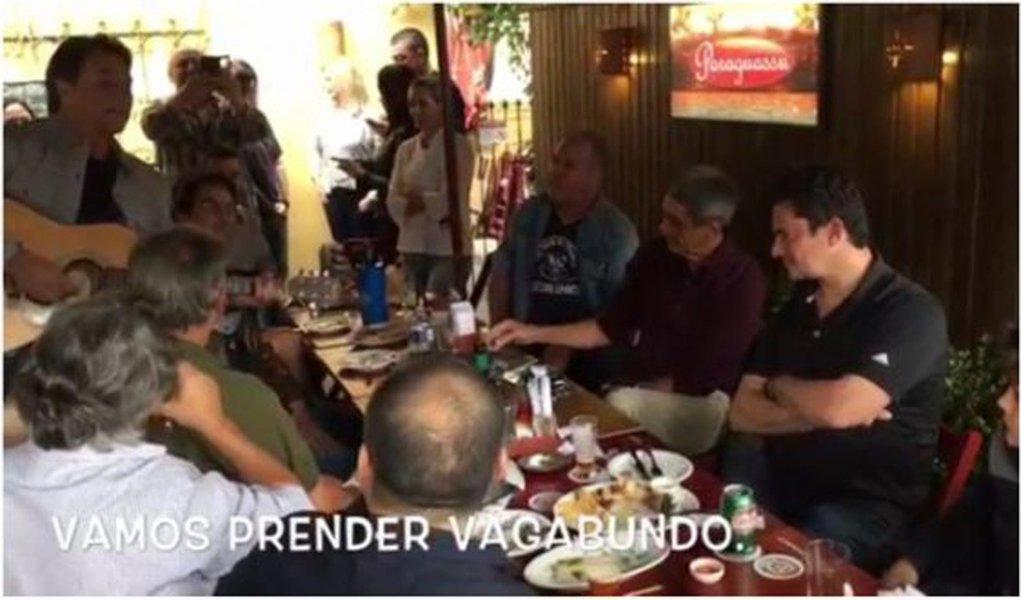 """Juiz Sérgio Moroparticipa de um vídeo em que é cantada, em um restaurante, a música """"Vamos prender vagabundo"""", em apoio à Lava Jato; o magistrado, que está ao lado do cantor Fagner nas imagens, aplaude a canção que fala em """"enjaular"""" e """"enquadrar"""" todo mundo; assista"""