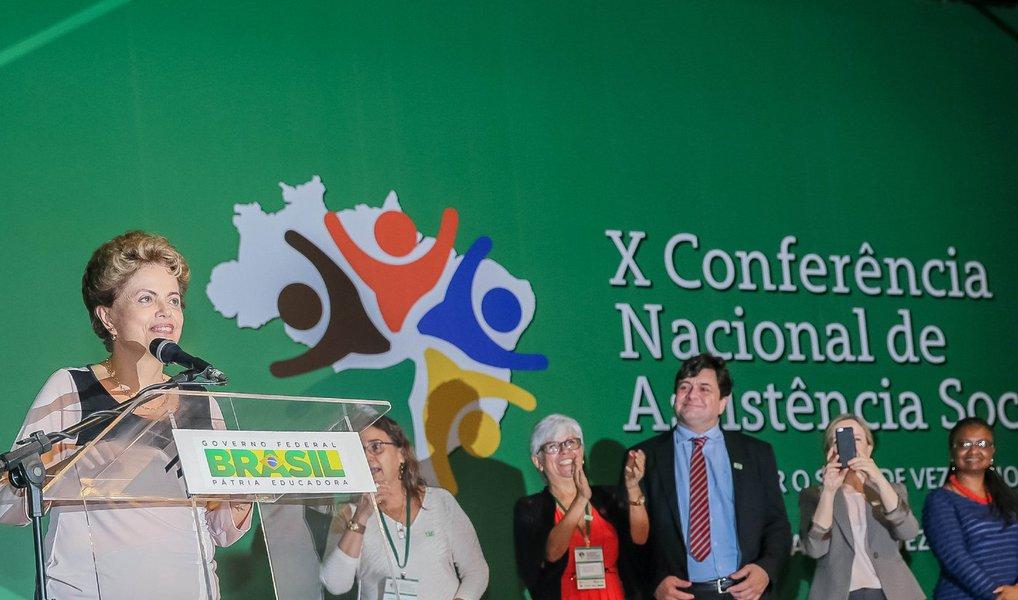 """Na abertura da10ª Conferência Nacional de Assistência Social, a presidente Dilma Rousseff falou sobre o pedido de impeachment e disse que irá lutar """"com todas as forças"""" contra a interrupção do seu mandato; ela ressaltou que """"não há justificativa para que o impeachment ocorra, exceto aqueles que acham que tem um atalho para chegar à Presidência, que não é o voto popular""""; """"Vou lutar com todas as minhas forças para que a gente tenha um Brasil que respeite as instituições, que constrói a estabilidade. Vou lutar contra o processo de interrupção do meu mandato"""", afirmou"""