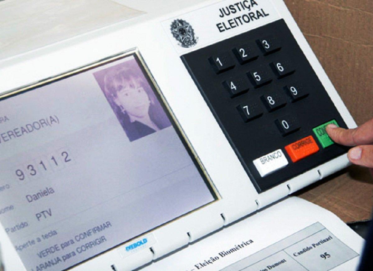 Todos os partidos, coligações, Ministério Público e Ordem dos Advogados do Brasil (OAB-CE) foram convocados para acompanhar os trabalhos de geração de mídias para as urnas eletrônicas que serão utilizadas nas nestas eleições.Os trabalhosprosseguem até o dia 17 de setembro, das 8 às 19 horas, na Sala de Treinamento do edifício sede do TRE
