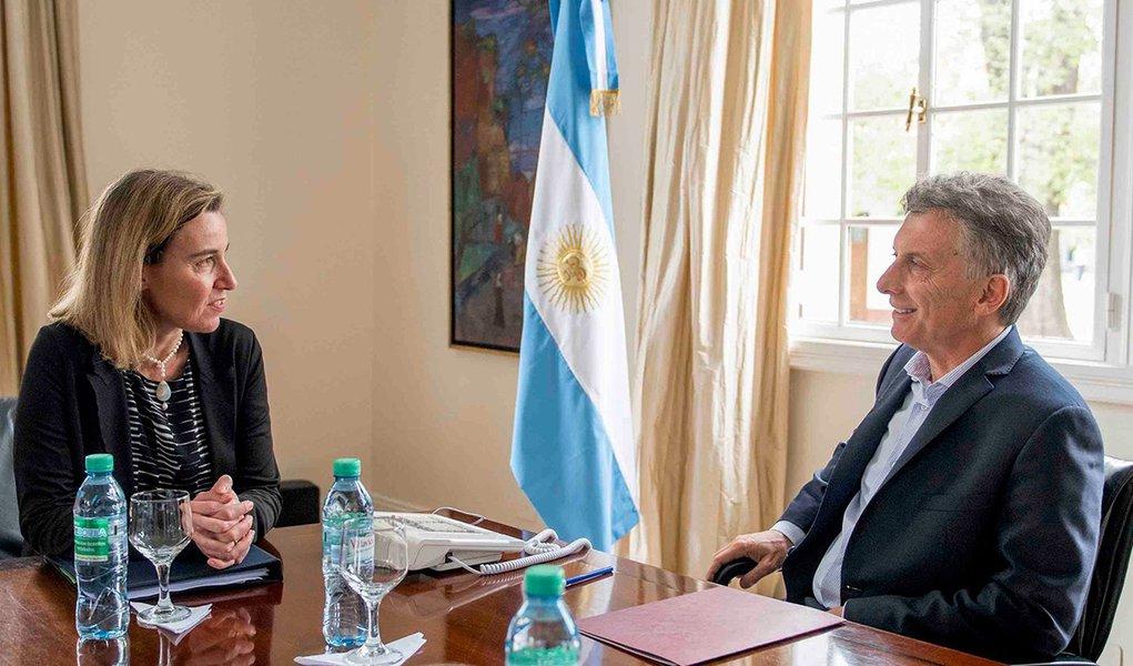 Em meio a esforços da Argentina para se aproximar da União Europeia (UE), o presidente Mauricio Macri foi recebido pela chefe da Diplomacia da UE, a italiana Federica Mogherini, em Bruxelas, na Bélgica; Mogherini destacou ainda o papel-chave de Buenos Aires para o avanço das negociações com o Mercosul e também comentou a intenção do Banco Europeu de Investimentos de retomar suas atividades na Argentina; Desde que assumiu o Poder, em dezembro do ano passado, Macri tem tentado se aproximar da UE, a fim de fechar um acordo de livre comércio entre o bloco europeu e o Mercosul, travado anteriormente por exigências do governo de Cristina Kirchner, assim como dos Estados Unidos