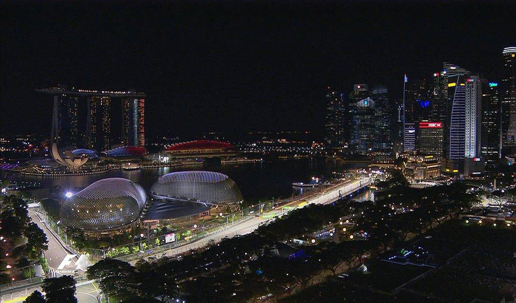 Desde sua corrida inaugural em 2008, o Grande Prêmio de Cingapura tem recebido uma reputação por ser o desafio mais duro da Fórmula 1; corrida sob luzes artificiais em um circuito de 23 curvas e 5,065 quilômetros, feita no clima tropical ao norte da linha do Equador, só foi vencida por três homens: Fernando Alonso, Sebastian Vettel e Lewis Hamilton