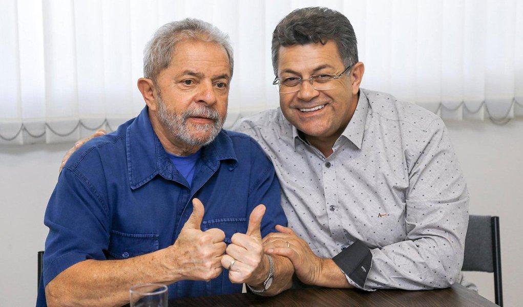 """Após o presidente da Câmara, Eduardo Cunha (PMDB-RJ), acolher pedidos de impeachment contra a presidente Dilma, o presidente do PT-SP, Emídio de Souza, informou que o partido em São Paulo organizará na próxima segunda (7), com a participação do ex-presidente Lula, uma reunião com movimentos sociais, sindicatos, outros partidos e organizações que representam a sociedade civil para definir uma agenda conjunta contra o impeachment; """"Também estamos orientando os diretórios municipais e os setoriais a buscarem apoio. E os parlamentares a fazer pronunciamentos em câmaras, assembleias, acelerar o debate"""""""