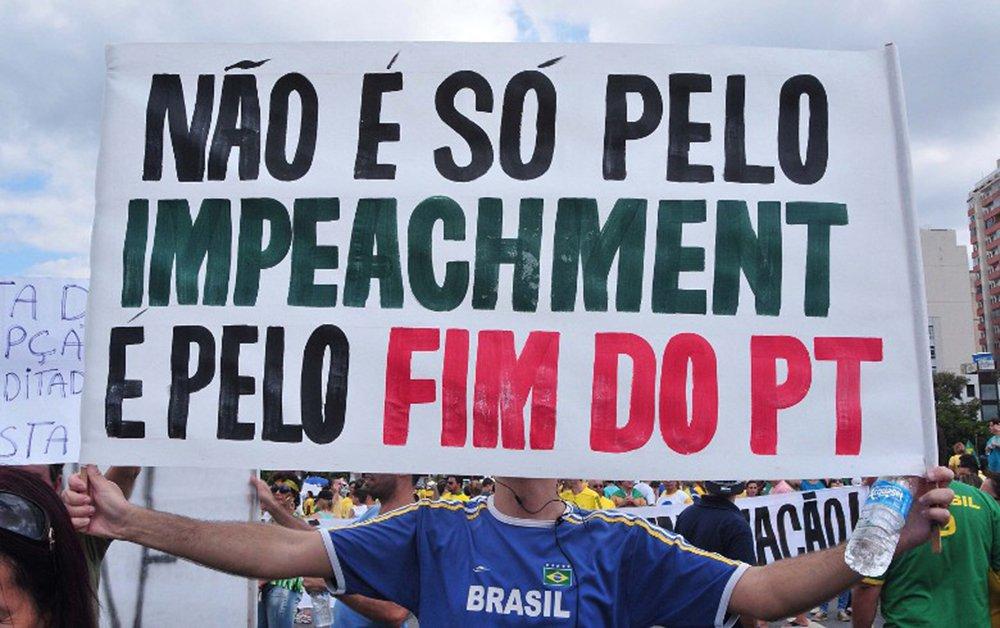 """Para o jornalista Francisco Julio Xavier, colunista da Revista Fórum, as pessoas estão cansadas do roubo, por isso votam naqueles """"em que os roubos jamais sairão em primeira página dos jornais tradicionais""""; """"Entendam que a máfia da roubalheira está no Brasil há séculos, passando de geração a geração. O PT está no poder a pouco mais de 10 anos. Os velhos partidos dominam as mídias e a política, e consequentemente a roubalheira, há muito tempo"""", afirma"""