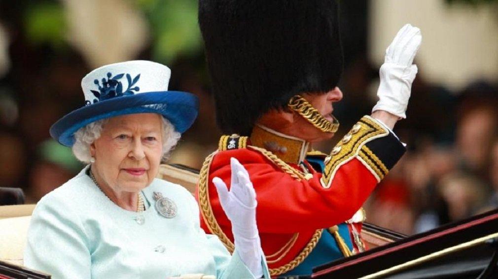 """Episódio foi relatado por um guarda do Palácio deBuckingham, em entrevista à revista The Times; em noites de insônia, a rainha costuma deixar seu quarto para dar uma volta pelo palácio; o guarda da rainha contou que estava em patrulha dentro das paredes do palácio às 3 da manhã, vários anos atrás, quando ele viu uma figura na escuridão; pensando que tinha visto um intruso, ele gritou: """"Quem é?""""; para sua surpresa, era a rainha; o homem acabou falando para a rainha: """"Maldito inferno, Majestade, eu quase atirei em você"""", disse"""