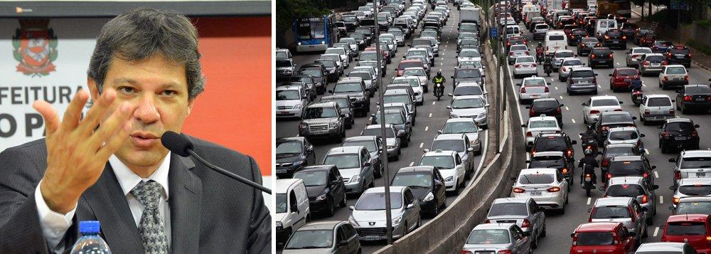 """Redução na lentidão do congestionamento na capital paulista foi de 16% no horário de pico da tarde, entre 17h e 20h; pela manhã, entre 7h e 10h, a queda foi de 6,6% no ano passado, segundo dados da Companhia de Engenharia de Tráfego (CET); pelo Twitter, o prefeito Fernando Haddad (PT) atribuiu o menor congestionamento às medidas de redução na velocidade média nas principais vias; """"Previsão se confirma: como em outras cidades do mundo, trânsito CAI com redução de velocidade máxima"""""""