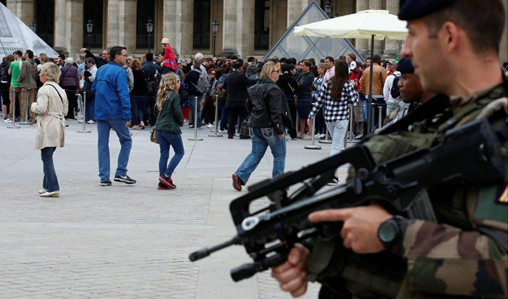 Museu do Louvre, em Paris, foi evacuado às pressas pela Polícia Armada francesa nesta quinta-feira, 21, por receios de uma ameaça terrorista, segundo informa o jornal britânico Mirror; ação da polícia foi desencadeada após a ativação de um alarme de incêndio que provocou pânico e tumulto entre os visitantes; França está em estado de emergência devido ao recente ataque na cidade de Nice, que matou mais de 80 pessoas e deixou mais de 120 feridos