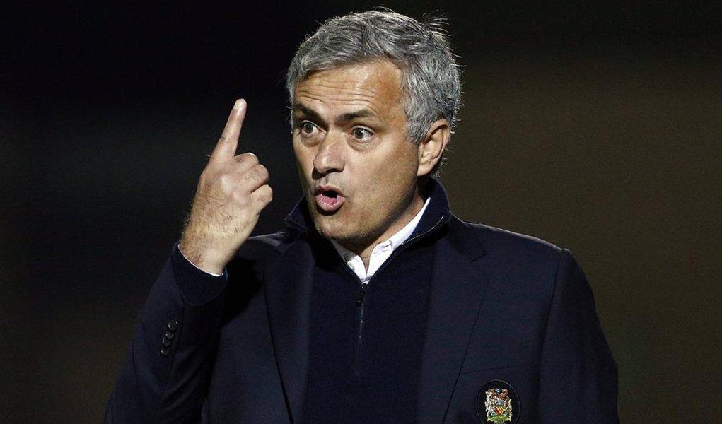 """O técnico do Manchester United, José Mourinho, confrontou os """"Einsteins"""" do futebol por criticá-lo após uma sequência de três derrotas consecutivas de seu time na Liga Inglesa; apesar de ter vencido as quatro primeiras partidas desde que assumiu, Mourinho passou a ser alvo da mídia desde a queda de produção do United, que atualmente está seis pontos atrás do líder Manchester City na tabela; o United voltou a vencer batendo por 3 x 1 na quarta-feira o Northampton Town, time da terceira divisão, na terceira rodada da Copa da Liga Inglesa"""