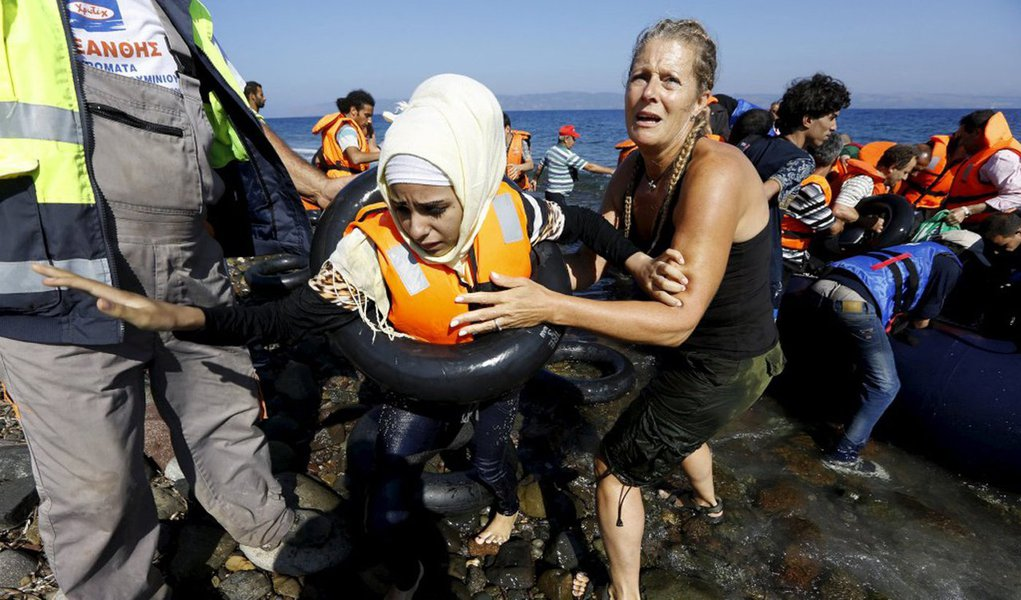 Mais de meio milhão de refugiados e imigrantes chegaram à Grécia neste ano; segundo aporta-voz da agência de refugiados da ONU, o Acnur, Melissa Fleming, 27,5 mil refugiados e imigrantes continuavam em trânsito em ilhas gregas perto da Turquia, de onde centenas de milhares saíram; imigrantes continuam a seguir da Grécia para os Bálcãs, mas a Hungria fechou sua fronteira com a Croácia na sexta-feira e a Eslovênia impôs limites diários de imigrantes entrando da Croácia, deixando milhares isolados em pleno inverno