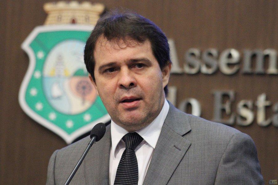 O líder do governo, deputado Evandro Leitão (PDT) rebateu as críticas da oposição sobre a situação da saúde pública do Ceará e confirmou que o secretário de Saúde do Estado, Henrique Javi, realizou o pagamento das pendências aos profissionais da saúde ligados às cooperativas e contratados pelo Estado