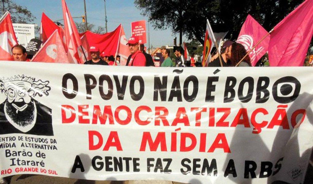No afã de destruir o governo Dilma e obter o impedimento da presidenta, contra quem não cabe uma acusação sequer, a imprensa não hesita em destruir centenas de milhares de postos de trabalho, sabotando a economia do país