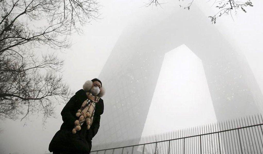 Governo da China ordenou o fechamento de 2.100 fábricas e pediu à população para que não saia às ruas devido ao agravamento da poluição, que em Pequim registra valores 24 vezes acima do que é considerado seguro para a saúde; uma densa névoa cinzenta envolve a capital nesta terça-feira (1º/12), com a concentração de PM2,5 – partículas microscópicas que penetram os pulmões – subindo até os 598 microgramas por metro cúbico