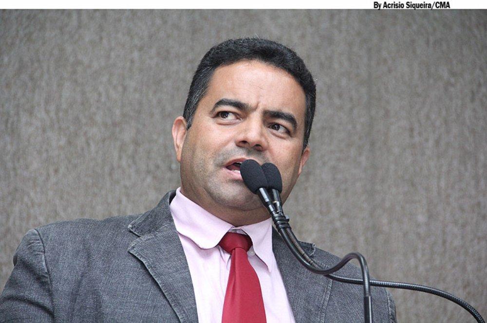 """O vereador Jailton Santana (PSDB) reassumiu nesta terça (29) o seu mandato em Aracaju, após ficar afastado em decorrência da decisão judicial que afastou parlamentares envolvidos no desvio de verbas indenizatórias; Jailton disse que espera exercer o mandato até o dia 31 de dezembro e provar sua inocência; """"Aqui estamos para cumprir nosso papel, que vai até 31 de dezembro. Espero chegar até o fim do meu mandato pela porta da frente, do mesmo modo que entrei. Num primeiro instante, os advogados mostraram no processo que deixamos de utilizar as verbas indenizatórias do mês de março"""", afirmou"""