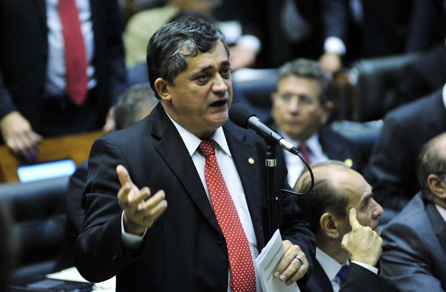 """O líder do governo na Câmara dos Deputados, José Guimarães (PT-CE), durante as comemorações do Dia do Trabalho, afirmou que se houver golpe """"não vamos deixar Temer governar"""" porque o vice não tem legitimidade e não recebeu votos para ser presidente do Brasil; ele disse, ainda, que o processo de impeachment d presidente Dilma Rousseff (PT) é golpe e que os golpistas serão derrubados"""