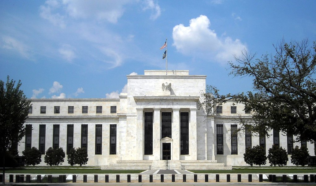 """Tendência dos investidores era a favor da democrata Hillary Clinton, que seria considerada mais segura tanto nos assuntos domésticos quanto no palco internacional; Donald Trump tem prometido acabar ou renegociar acordos comerciais internacionais, o que pode desencadear uma onda de protecionismo, ameaçando a recuperação econômica global; """"Aumentam as chances de que o Fed não aja em dezembro"""", disse o economista-chefe da Moody's Analytics, Marz Zandi,"""