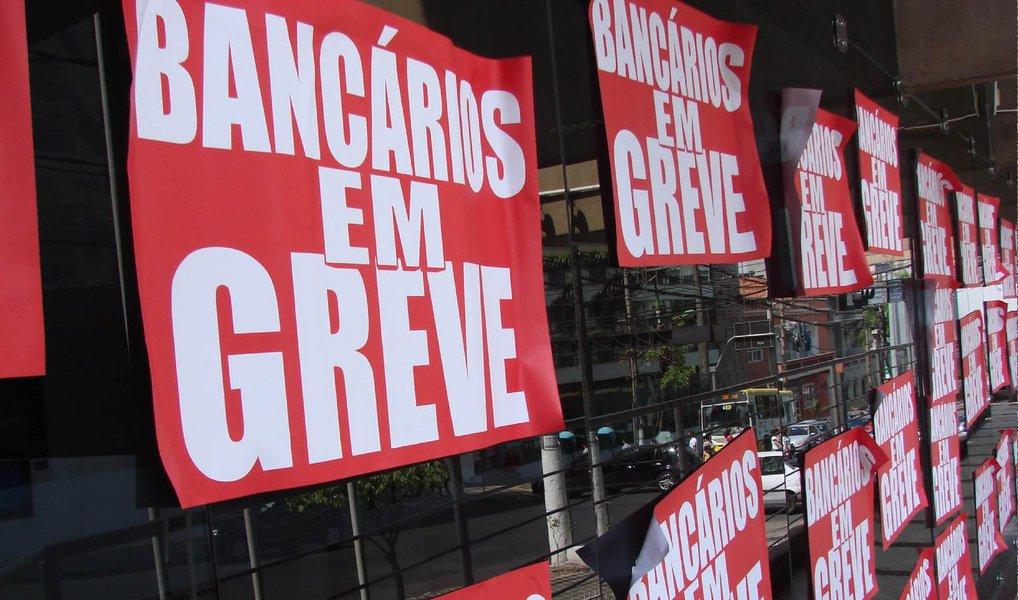 Integrantes do Comando Nacional de Greve dos Bancários estão reunidos em São Paulo para avaliar a nova proposta da Federação Nacional dos Bancos (Fenaban), de aumento salarial de 10% e reajuste de 14% sobre os vales-refeição e alimentação; oferta patronal foi apresentada hoje (23), em rodada de negociações em São Paulo; greve dos bancários já chegou ao 18º dia de greve; categoria reivindicava reajuste de 16%