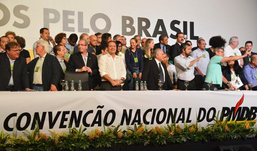 """Congresso do partido tem gritos de """"Fora PT"""", """"Fora Dilma"""" e defesa aberta de um processo de impeachment que conduziria o vice-presidente Michel Temer à presidência; cúpula do PMDB decidiu, porém,adiar a votação de um provável desembarque do governo de Dilma Rousseff para uma reunião do diretório nacional em até 30 dias; """"Não há desembarque hoje. Há a construção de uma unidade que até hoje o partido não teve"""", disse o senador Romero Jucá (PMDB-RR)"""