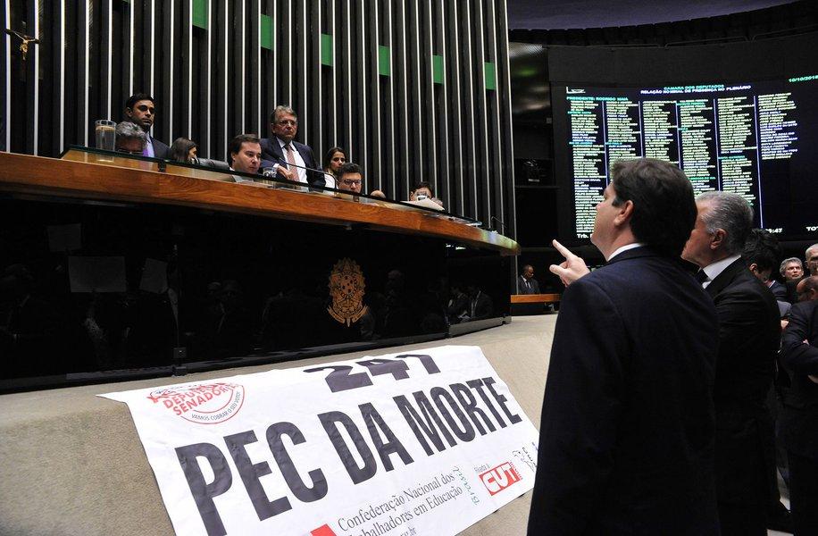 """Com a aprovação ontem, em primeiro turno, da PEC 241 que limita os gastos públicos pelos próximos 20 anos, os movimentos sociais se organizam para lutar contra a aprovação final do projeto. No Ceará, o presidente estadual da CT, Will Pereira, aguarda os encaminhamentos que serão dados pela direção nacional da Central, que estará reunida hoje, à tarde em São Paulo, para discutir o calendário de luta. Grupos organizados autônomos estão convocando pelo Facebook, o """"Ato Contra a PEC 241"""",no Centro Cultural Dragão do Mar, no próximo dia 22, a partir das 16 horas"""