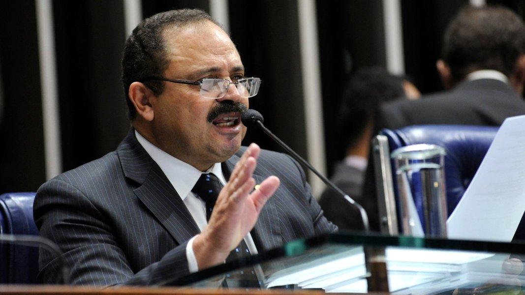 """Presidente interino da Câmara, Waldir Maranhão (PP-MA), disse em nota que é """"absolutamente normal"""", dentro de um procedimento investigatório, o pedido de quebra de sigilo de seus dados bancários; """"O deputado está absolutamente tranquilo sobre a investigação. Quanto mais se investigar, mais se concluirá pela absolvição"""", diz a nota; ministro Marco Aurélio, do STF, atendeu a um pedido feito pela Procuradoria-Geral da República; Maranhão foi citado em uma delação premiada e haveria """"fortes indícios"""" a respeito de seu envolvimento em irregularidades com regimes de previdência"""