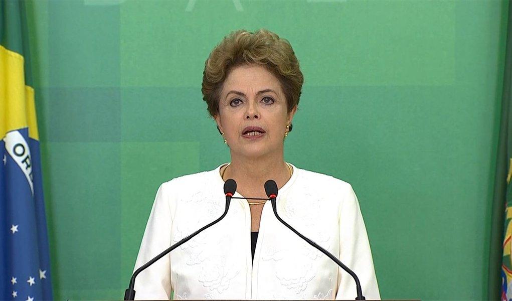 """Após o presidente da Câmara dos Deputados, Eduardo Cunha (PMDB-RJ), anunciar que aceitou pedido de impeachment nesta quarta (2), a presidente Dilma Rousseff afirmou que recebeu com """"indignação"""" a decisão do peemedebista; a presidente foi dura na crítica a Cunha, mesmo sem citá-lo diretamente; """"Não possuo conta no exterior, nunca coagi instituições ou pessoas, nunca escondi dinheiro. Meu passado e presente atestam meu respeito à lei e à coisa pública"""", disse; segundo ela, """"são inconsistentes e improcedentes as razões que fundamentaram esse pedido""""; """"Não existe nenhum ato ilícito praticado por mim, não paira contra mim nenhuma suspeita e desvio de dinheiro público"""", acrescentou"""