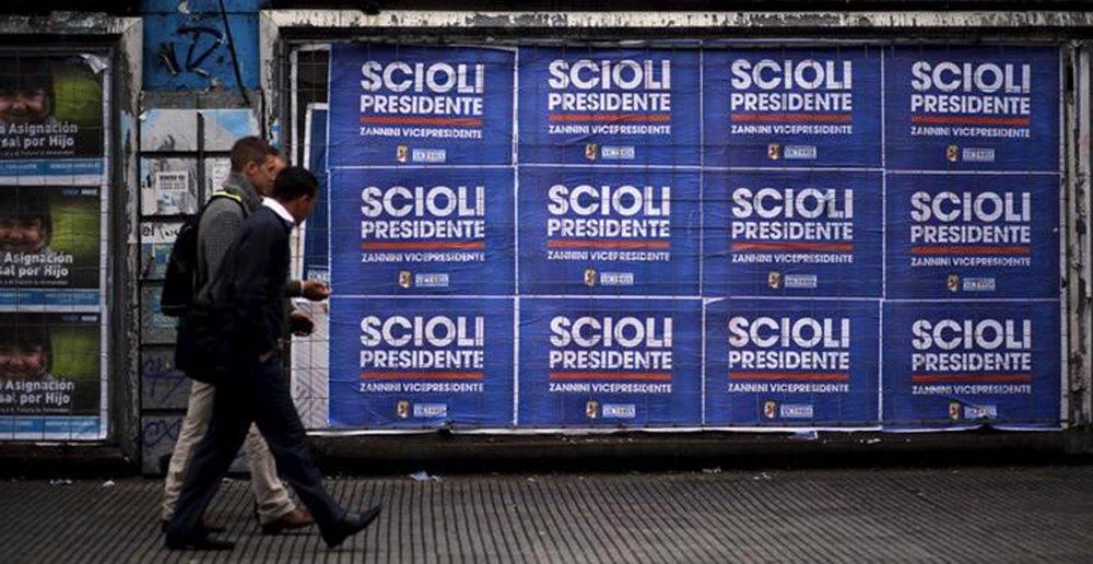 Pedestres passam por propaganda eleitoral em Buenos Aires, na Argentina. 19/10/2015 REUTERS/Marcos Brindicci