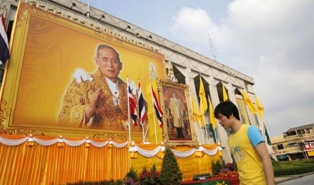 Rei da Tailândia, Bhumibol Adulyadej, morreu nesta quinta-feira (13) aos 88 anos no hospital Sriraj, em Bangkok; Adulyadej estava internado durante mais de um ano devido a problemas cardíacos, infecção pulmonar e hidrocefalia; na semana passada, o Sriraj começou a ser palco de orações públicas em massa