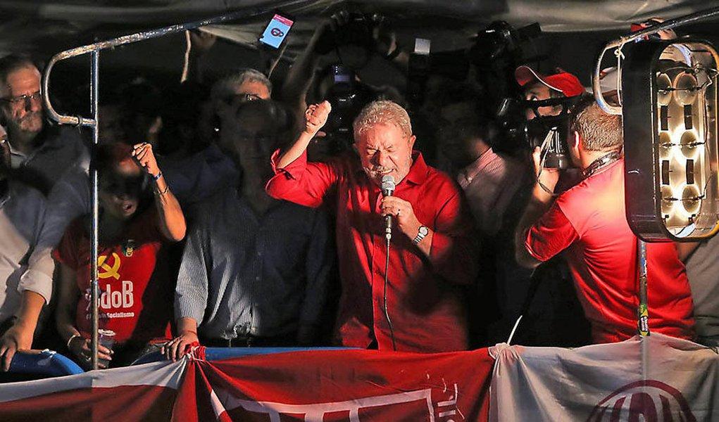 """Ex-presidente Lula teria dito a aliados que, em caso de derrota de Dilma Rousseff no processo de impeachment, entrará em campanha permanente e não sairá mais das ruas; ele indicara ainda que não pretende dar trégua a um eventual governo de Michel Temer: """"não estaremos nessa de união nacional. Não vamos colaborar""""; ele teria orientado ainda seu núcleo mais próximo a, caso o governo seja derrotado, manter a base social do PT mobilizada contra o que chama de """"governo ilegítimo"""""""