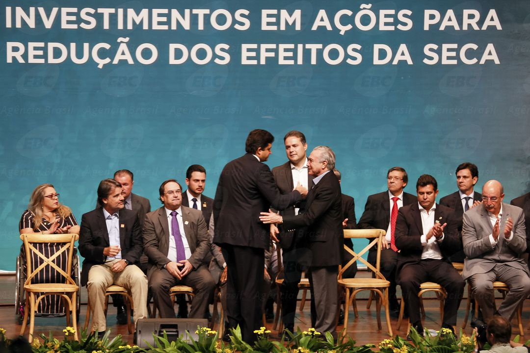 """Em sua primeira viagem a Alagoas, Michel Temer afirmou que sonha ser """"o maior presidente nordestino que passou pelo Brasil""""; """"Vocês já ouviram aqui um grande relato de tudo que o governo federal está fazendo no Nordeste. Naturalmente tudo isso passa pela minha mesa. É que eu tenho um objetivo e um sonho: que ao final do meu mandato, embora sendo eu de São Paulo, vocês possam dizer 'esse foi o maior presidente nordestino que passou pelo Brasil'""""; apesar da declaração de """"amor ao Nordeste"""", homens do Exército isolaram o Centro de Convenções para impedir que manifestantes protestassem contra o governo do peemedebista"""