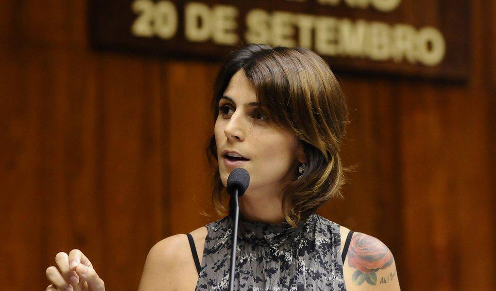 """A deputada estadual Manuela D'Ávila (PCdoB) se defendeu, novamente, das acusações de que teria recebido doação da Odebrecht, investigada na Operação Lava Jato;""""Todas as doações que recebi foram lícitas, todas as prestações de contas foram aprovadas. Entretanto, não recebi doação de nenhuma empresa do grupo Odebrecht para a candidatura de 2012"""", afirmou, pelo Facebook; ela anunciou que vai à Justiça para ter acesso ao material divulgado na imprensa; """"Sei que todos sabem que eu jamais me envolveria em nenhum escândalo político"""""""