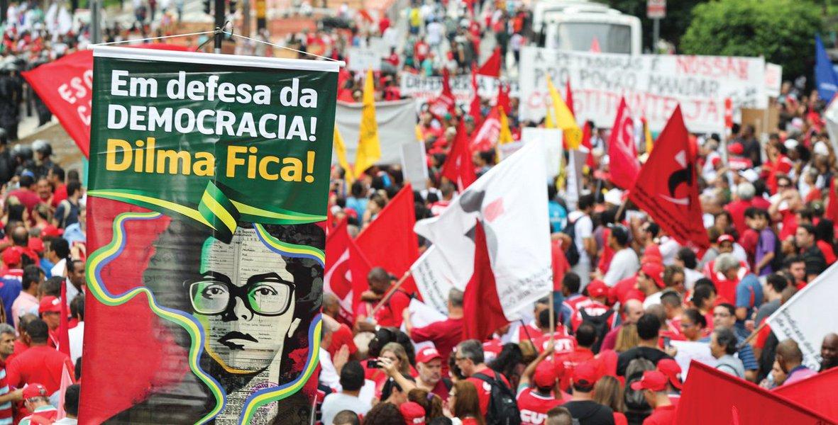 """Um grupo de professores da Pontifícia Universidade Católica de Minas Gerais (PUC-MG) começou a recolher assinaturas contra o impeachment da presidente Dilma; """"Nossa preocupação com o aprofundamento da desestabilização das instituições, que pode colocar em risco o efetivo Estado Democrático de Direito e o respeito aos Poderes constituídos"""", diz o trecho do documento"""