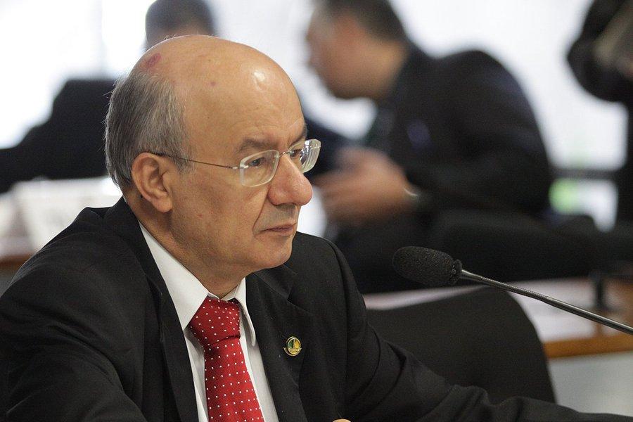 Para o senador José Pimentel, o impeachment da presidenta da República, Dilma Rousseff, sem base legal, pode resultar em grave instabilidade política e jurídica no Brasil, colocando em risco a democracia