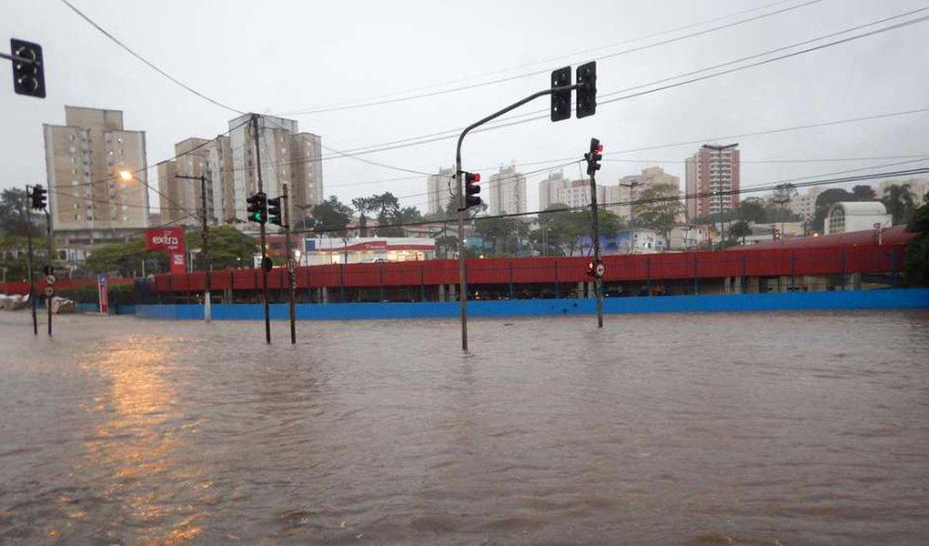 A capital paulista ficou sob estado de atenção para alagamentos entre 17h40 e 20h desta quarta-feira 9 por causa das fortes chuvas que atingiram a cidade. Por volta das 18h, houve queda de granizo na região de Itaquera, zona leste, mas intensidade do temporal começou a diminuir, segundo Centro de Gerenciamento de Emergência (CGE) da prefeitura de São Paulo