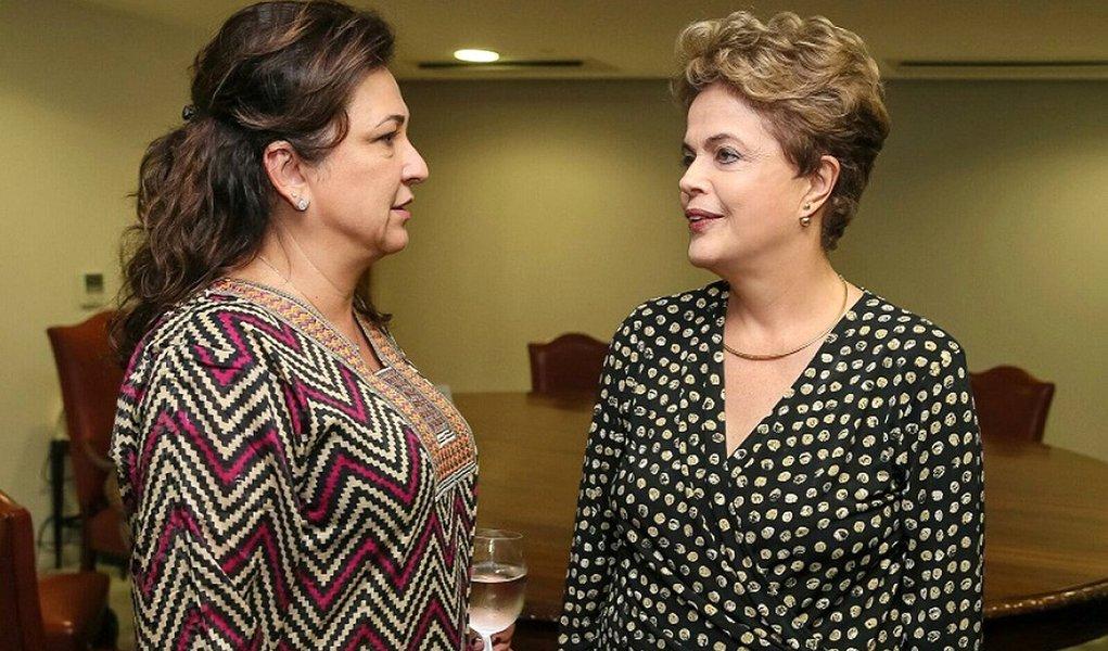 """Ministra da Agricultura no governo Dilma Rousseff, Kátia Abreu promete continuar a defender Dilma, embora seu partido tenha chegado ao poder: """"Não tenho nada contra o Michel, mas não concordo com isso que está acontecendo"""", afirma; """"Acredito na defesa dela e vou falar até a garganta secar"""";""""Estou estudando muito, chamei até um professor de economia para tirar dúvidas. A opinião pública está dividida. Temos que lutar para virar o jogo"""", conta ela"""