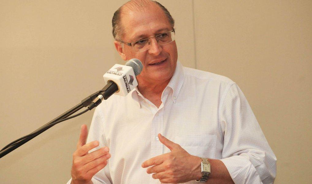 Governador de São Paulo, Geraldo Alckmin (PSDB), foi alvo de um protesto na manhã desta quarta-feira (20), em Jundiaí, interior do Estado, quando um grupo de manifestantes atirou uma saraivada de ovos contra o governador e sua comitiva; Alckmin não chegou a ser atingido pelos ovos lançados contra ele; apesar da motivação do protesto não ter sido informada, Alckmin vem sendo bastante criticado em função do escândalo da merenda e pelo fato dele, juntamente com o PSDB, estar apoiando o impeachment contra a presidente Dilma Rousseff