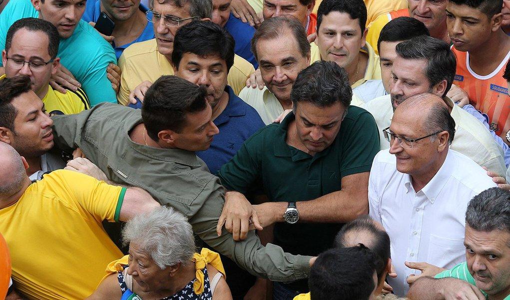 """Senador Aécio Neves (MG) diz ter recebido críticas na manifestação de domingo com """"absoluta naturalidade"""" e afirma que, sem a política, as ruas não terão a solução que desejam; segundo ele, """"os brasileiros já não esperam nada deste governo e esperam muito da oposição"""" e afirma que o """"impeachment é uma possibilidade que aparece com maior vigor e não pode ser descartada""""; presidente nacional do PSDB, fala em um acerto de procedimentos com o PMDB para tirar Dilma Rousseff do poder, mas ressalta que não há acordo para interromper o processo que corre no Tribunal Superior Eleitoral também contra o vice Michel Temer (PMDB-SP)"""