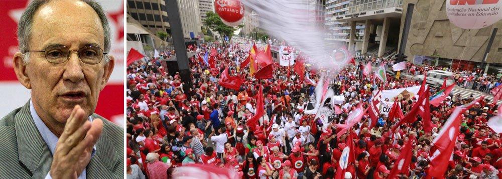 """Presidente nacional do PT, Rui Falcão, conclamou a população a sair em defesa do mandato da presidente Dilma Rousseff, no próximo dia 31 de março, além de """"dialogar com os parlamentares, num processo de convencimento para que não votem contra o Brasil""""; """"Só a mobilização nas ruas, nos locais de trabalho, nas escolas, no campo e a vigilância permanente dos democratas podem barrar o golpe"""", diz Falcão em artigo; segundo ele, o objetivo do golpe é barrar """"a ascensão das lutas populares, a conquista de direitos e a disposição dos movimentos sociais organizados e dos democratas de não admitirem nenhum retrocesso"""""""