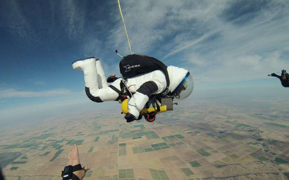 Em 21 de outubro de 2014, Alan Eustace, vice-presidente do Google, vestiu um traje espacial de 227 kg, feito sob medida, prendeu-se a um balão atmosférico e chegou a mais de 41 km de altitude, de onde saltou em direção ao solo, superando a velocidade do som e recordes anteriores de saltos a grandes altitudes. Ouça a história dele, sobre como e por quê.