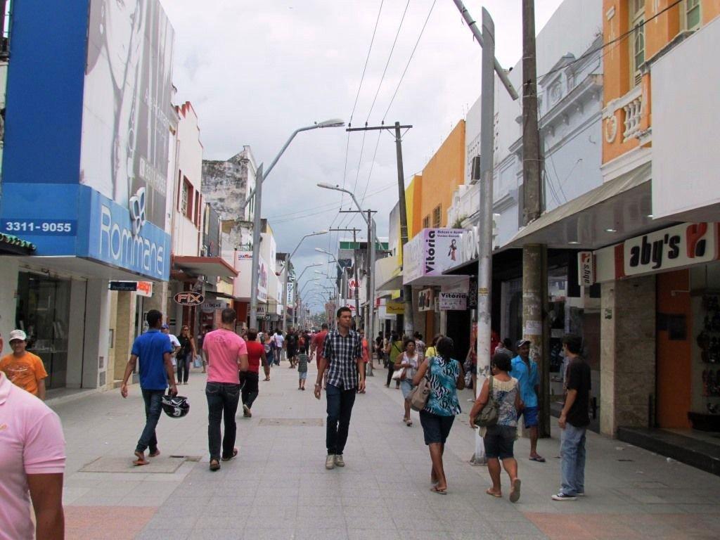 Pesquisa divulgada pelo Instituto Brasileiro de Geografia e Estatística (IBGE) aponta o fechamento de mais de oito mil empresas em Alagoas no ano de 2014; na comparação com os demais estados do Nordeste, Alagoas ocupa a 8ª posição, sendo um dos que menos perdeu nesse período; o estado que mais teve empresas fechadas foi a Bahia
