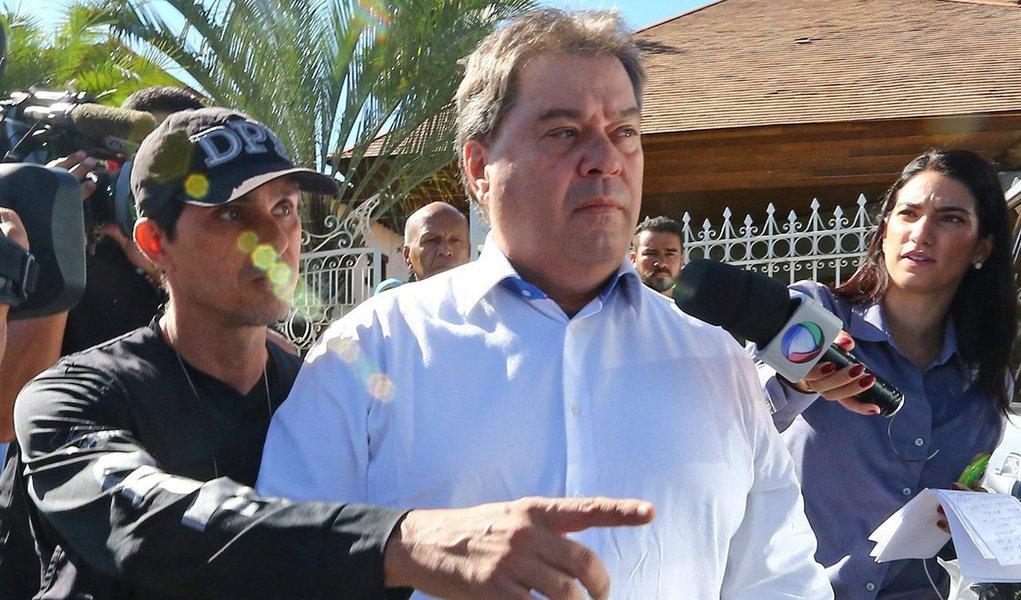Segundo os procuradores da Lava Jato, a prisão do ex-senador foi autorizada após terem sido recolhidas provas de que ele recebeu R$ 5 milhões em propina da empreiteira UTC Engenharia, conforme depoimento do dirigente da empresa, Ricardo Pessoa, em delação premiada