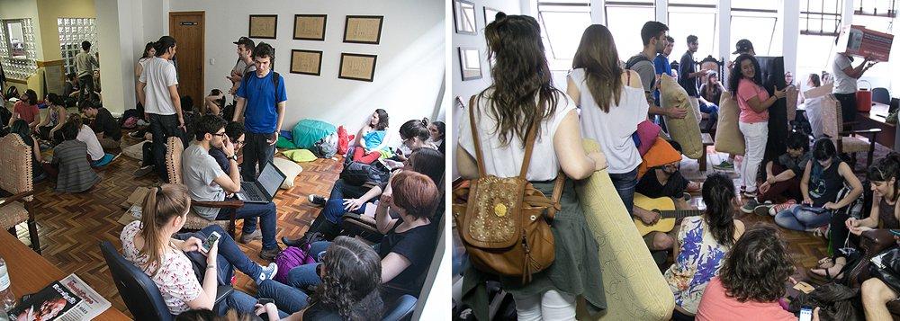 """Pelo menos 50 estudantes ocuparam a Reitoria da Universidade Federal das Ciências da Saúde de Porto Alegre (UFCSPA), em protesto contra a possível demolição do Espaço de Convivência da instituição; os universitários descobriram por uma postagem na página do Facebook """"Transparência e Democracia na UFCSPA"""" queno dia 1º de setembro foi licitada a compra de um serviço que iráreduziro Espaço, gerido pelo Diretório Central dos Estudantes (DCE), reduzindo-o aapenas um terçodo que é atualmente"""
