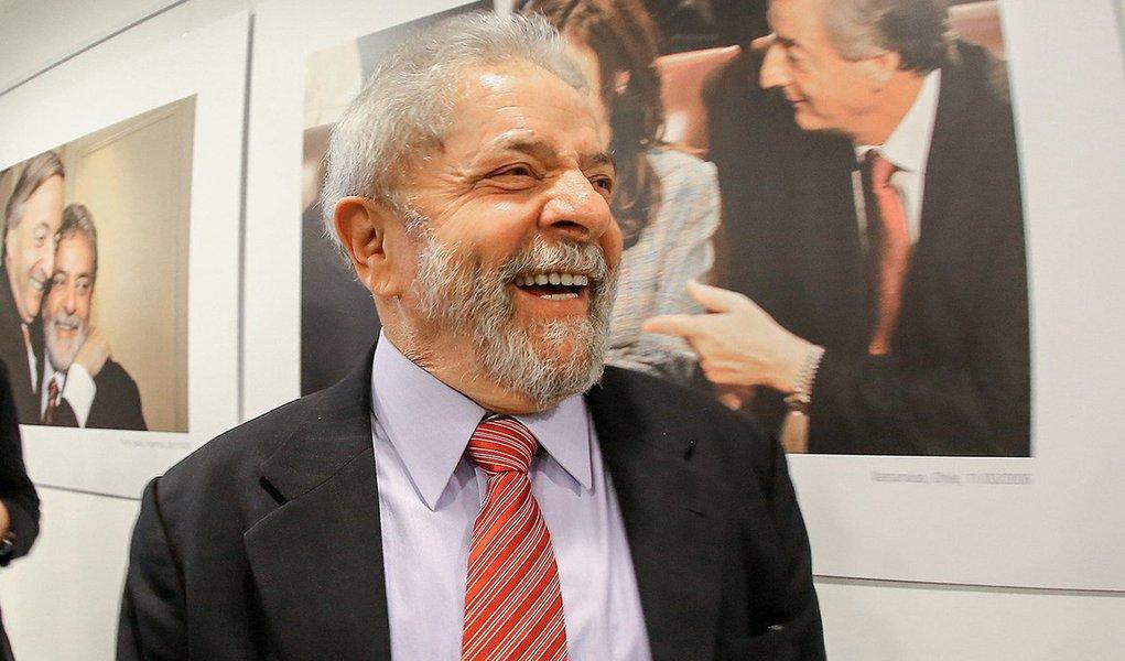 Hashtag pelo aniversário do ex-presidente, comemorado nesta terça-feira 27, é a primeira na lista do Twitter Brasil; em meio a uma onda de denúncias contra o petista e, recentemente, também sua família, políticos e personalidades de diversas áreas prestam suas homenagens a Lula