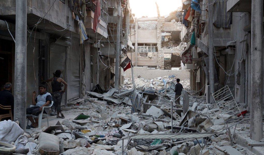 """Forças russas e sírias interromperam os ataques aéreos contra Aleppo para que a população e as milícias moderadas possam deixar a cidade; esta é uma preparação para a trégua humanitária que vai vigorar por oito horas no próximo dia 20. """"Hoje, desde às 10h da manhã, foram interrompidos os ataques aéreos russos e das forças sírias na zona de Aleppo"""", disse o ministro da Defesa da Rússia, Sergei Shoigu"""